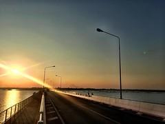 #iczzKalasin สะพานข้ามเขื่อนดินที่ยาวที่สุดในประเทศไทย  พระเทพฯ พระราชทานชื่อให้ว่า เขื่อนเทพสุดา ข้ามเขื่อนลำปาว จากบริเวณแหลมโนนวิเศษ ตำบลโนนบุรี อำเภอสหัสขันธ์ถึงบริเวณเกาะมหาราช ตำบลหนองบัว อำเภอหนองกุงศรี 2,040 เมตร  เมื่อก่อนรถขนอ้อยต้องข้ามฝั่งด้วย