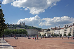 Place Bellecour (Amrico Aperta) Tags: france square europa europe raw lyon eu frana f praa ue rhonealpes placebellecour bellecoursquare panasonicdmcgf1 amricoaperta p1110613 praabellecour