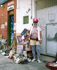 """En ce dimanche, direction São Paulo (oui toujours), au marché antiquaires du bairro (quartier) Bixiga. Et la rencontre haute perchée avec """"Jessé Jelvys Ploteus"""", un personnage cosmique   AWA DSJS (2.) Tags: virela gardela virela2 gardela2 virela3 virela4 virela5 virela6 virela7"""
