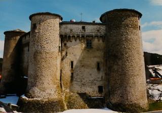 Où se trouve ce château? photo numérique de photo argentique.  Château de Chalmazel, Loire, dans les Monts du Forez.