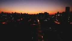 vista zl - So Paulo - Anoitecer (Natalia Sapienza) Tags: windows brazil sky love brasil outdoor laranja vermelho zonaleste paulo crepusculo leste so zona anoitecer lilas