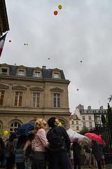 Lcher de ballons (Zimouu) Tags: paris homme touriste femme lifestylephotography lachdeballons ville ete pluie balloonrelease city man rain streetphotography summer tourist travel voyage photoderue woman