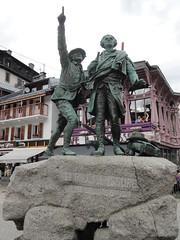 Le Mont-Blanc et l'Aiguille du Midi, c'est par l ! (bobroy20) Tags: chamonix montblanc france hautesavoie montagne statue alpinisme alpes aiguilledumidi ville marcheur montagnard