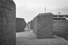 Runnin' (chipsmitmayo) Tags: leica mini zoom varioelmar 3570mm agfa apx 100 rodinal adonal 150 schwarzweiss blackandwhite film analog kleinbild selbstentwickelt selfdeveloped norderney nordsee north sea wattenmeer mauer wall steine rennen kind run