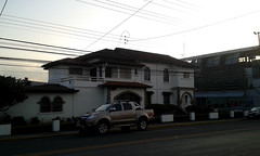 Casa neocolonial av.0, c.25a/ House of neocolonial style 0 av., 25a. st. (vantcj1) Tags: edificio vehculo calle arquitectura atardecer urbano neocolonial patrimonio vivienda cableado