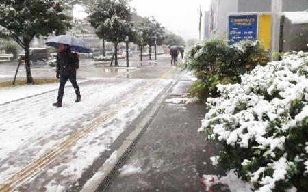 102359_1st-nov-snowfall-in-54-years-as-cold-air-grips-tokyo