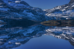 Kayaking III - D8D_4470 (Viggo Johansen) Tags: blue lake snow mountains water norway reflections kayak kayaking telemark haukeli stvatn