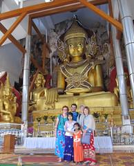"Pindaya: les Calaisiens et 2 jeunes filles birmanes <a style=""margin-left:10px; font-size:0.8em;"" href=""http://www.flickr.com/photos/127723101@N04/23480191025/"" target=""_blank"">@flickr</a>"