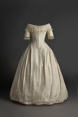 Vestido de novia. 1820 - 1825. En tafetn de seda de color marfil (Museo del Traje. CIPE) (Museo del Romanticismo) Tags: siglo xix