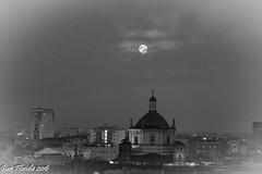 Luna d'Ottobre e San Lorenzo (Gian Floridia) Tags: milano sanlorenzo bn bw bienne cupole lunapiena ottobre tetti
