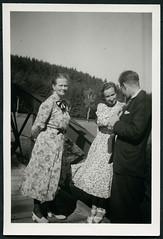"Archiv Chris116 ""Sommer 1949"" (Hans-Michael Tappen) Tags: archivhansmichaeltappen sommer frauen kleidung outfit schuhe mann outdoor 1949 1940s 1940er anzug fototasche kleid wochenendausflug"
