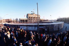 #West Germans and DDR citizens waiting for the opening of the Berlin Wall in front of the Brandenburg Gate (December 1989) [2,780  1,870] #history #retro #vintage #dh #HistoryPorn http://ift.tt/2fUU8av (Histolines) Tags: histolines history timeline retro vinatage west germans ddr citizens waiting for opening berlin wall front brandenburg gate december 1989 2 780  1 870 vintage dh historyporn httpifttt2fuu8av