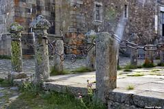 Encadenados. (Howard P. Kepa) Tags: castillaleon salamanca santuariodelapeadefrancia monasterio granito hierro cadenas pivotes bolardos
