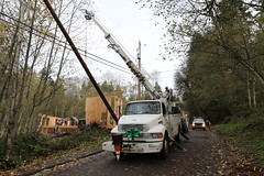 Crews replace pole in Newcastle (Puget Sound Energy) Tags: seattle city trees usa storm loss lines electric newcastle power unitedstates wind outdoor stormy wash electricity wa restoration powerline poweroutage poles powerpole pse outage downed highwinds pugetsoundenergy windgusts pugetpower downtree