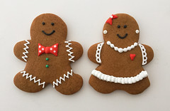 gingerbread couple (sagodlove) Tags: ruffles gingerbreadmen bowties gingerbreadpeople girlswithpearls gingerbreadwomen ediblepearls decoratedgingerbreadcookies gingerbreadcouples