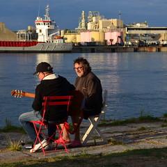 Les Copains d'Abord (Jean-Luc Lopoldi) Tags: assis borddeleau industriel amis guitare relaxing port musique paysbasque anglet settingsun soleilcouchant happiness