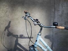 Kuh und Fahrrad (Svenjanein) Tags: fahrrad rad bike bicycle sonnenschein sonnenstrahlen wrzburg de germany kuh fahrradklingel bicyclebell bell cow cowbell kuhklingel
