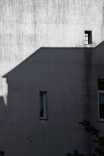 """Haus-Schatten (02) • <a style=""""font-size:0.8em;"""" href=""""http://www.flickr.com/photos/69570948@N04/30636234312/"""" target=""""_blank"""">View on Flickr</a>"""
