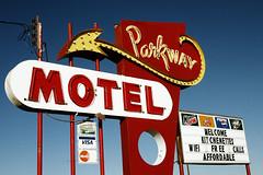 Parkway Motel (avilon_music) Tags: montana neon motel 7d americana arrow motels billings arrowsigns vintageneonsigns parkwaymotel motelsigns vintagemotelsigns bulbneon 1950smotels