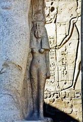 1999.10.028 LOUXOR - Le  temple - cour Ramsès II statue de Nefertari (alainmichot93 (Bonjour à tous - Hello everyone)) Tags: statue temple 1999 scan luxor reine egypte ruines nefertari louxor photoargentique nikonaf400 gouvernoratdeqena