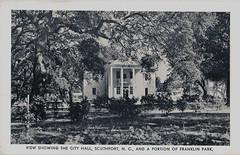 Anglų lietuvių žodynas. Žodis city hall reiškia miesto rotušė lietuviškai.