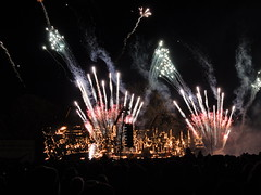 london's burning, firework display, victoria park e2, 2016-11-06, 20-25-35 (tributory) Tags: london eastlondon londonparks fireworks londonsburning e2 towerhamlets display bonfirenight 5thnovember guyfawkes light dark fire cold winter celebration destruction free pattern incendiary design park recreation leisure victoriapark