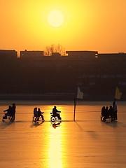 Winter Fun in Beijing (gerrit-worldwide.de) Tags: china winter sunset sun lake ice golden asia skating beijing olympus   beihaipark 2008   e410
