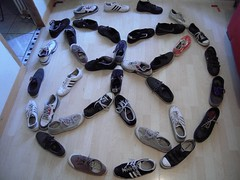 ROSACE (marsupilami92) Tags: france frankreich îledefrance hautsdeseine 92 courbevoie becon pyramidedechaussures handicapinternational pyramidofshoes chaussures baskets sneakers adidas converse nike springcourt vans rosace