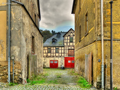 Interessanter Hinterhof (GerWi) Tags: huser kleinstadt gebude altbauten strasenzge strasen outdoor himmel museum hirschberg
