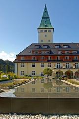 Schloss Elmau (4) (Pixelteufel) Tags: krn klais schlosselmau bayern bavaria alpen urlaub ferien freizeit erholung ruhe tourismus architektur fassade gebude historisch restauriert erneuert turm hotel restaurant brunnen brunnenanlage gauben balkon