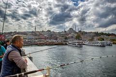 Pescando desde el Puente de Glata... (Leo ) Tags: pescador pesca puente glata cielo nubes luz mar mezquita arquitectura robado estambul turqua
