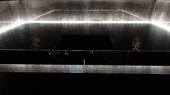 Fuente en Memoria 03783 (Omar Omar) Tags: newyork newyorkny newyorknewyork usa usofa etatsunis usono manhattan lowermanhattan worldtradecenter 911memorial 911 september11 september11memorial septiembre11 septembre11 michaelarad peterwalker fountain fuente water waterfalling enmemoria mmorial memorial