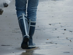Beach walk (willi2qwert) Tags: rubberboots rainboots regenstiefel gummistiefel gumboots girl wellies wellingtons wasser women wet water wave watt strand beach