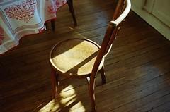 Le soleil  Paris (Putain, quel bordel! [aka Virx]) Tags: canonet canonet28 film 35mm argentique analgico analogue 24x36 paris sun basking woodenfloor chair silla chaise