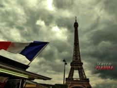 Paris (m@®©ãǿ►ðȅtǭǹȁðǿr◄©) Tags: toureiffel torreeiffel campodemarte champdemars paris france arquitectura placejoffre bandera flag cielo sky tormenta storm olympusepl1 zuikoed14÷42mmf35÷56 marcovianna marcoviannafotógrafo m®©ãǿ►ðȅtǭǹȁðǿr◄©