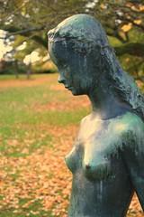 Vrens Huldra (blondinrikard) Tags: autumn sculpture fall bronze gteborg gothenburg herbst skulptur otoo hst brons bronzesculpture botaniskatrdgrden gunnarnilsson bronsstaty vrenshuldra