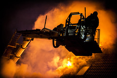 lmh-rundtjernveien116 (oslobrannogredning) Tags: bygningsbrann brann brannvesenet brannmannskaper slokkeinnsats brannslokking brannslukking stigebil lift høydemateriell arbeidihøyden arbeidpåtak taksikring hulltaking brannlift