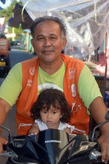 riding with grandpa motorcycle taxi driver (the foreign photographer - ) Tags: oct22016nikon cute girl toddler grandpa motorcycle taxi driver khlong thanon portraits bangkhen bangkok thailand nikon d3200