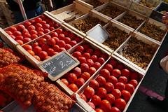 Vienne (38) - au marché (larsen & co) Tags: france rhône marché vienne kaki chanterelles noix isère rhônealpes girolles kakidudiois