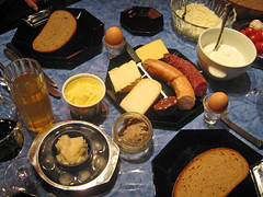 Solid meal for supper (Manni&Barbara Aulbach) Tags: cheese germany sausage supper ryebread hesse mahlzeit apfelwein abendbrot applewine goosefat gänsefett kräuterquark solidmeal käsematte herbalquark