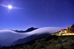 合歡山松雪樓~月光雲瀑~   Clouds waterfalls and moon (Shang-fu Dai) Tags: sunset clouds landscape nikon taiwan 南投 夕陽 20mm formosa 台灣 d800 合歡山 hehuan 戶外 3150m 主峰 af20mmf28d 松雪樓 3416m