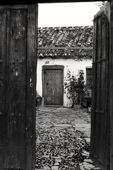 Una puerta que solo traiga felicidad (Lidn Clemn) Tags: door old bw house cold building monochrome beautiful wall architecture canon eos spain village pueblo leon antiguo hapiness astorga canoneos700d t5i