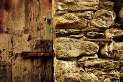 La mia terra non  solo mare ... (Augusta Onida) Tags: lorsica liguria porta door wall muro pietra stone vecchio old valfontanabuona