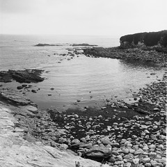 the pebble shore (davidgarciadorado) Tags: pebbles shore beach sea coantabric overcast calmy galicia spain kodak tmax 120film blackandwhite bn bw rolleiflex plannar ngc