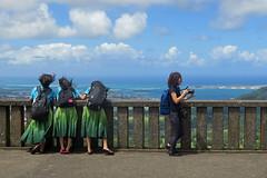 Oahu_Nuuanu Pali Lookout (penjelly) Tags: hawaii island insel usa sdpazifik pacific inselkette pazifischer ozean mokupuniohawaii polynesien alohastate sandwichinseln sandwichislands polynesia ozeanien oahu nuuanu pali lookout view scneci windward windy girls mdchen schoolgirls skirts tourists camera takingpictures woman aussicht ausblick kailua