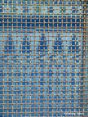 Azulejos interdits (vroniquecanut) Tags: azulejos rouille rust bleu blue lignes lines grillage