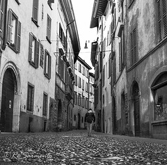 Copyright 2014 R Sarmento - Citt Alta - Brgamo - Itlia (R Sarmento Photography) Tags: pictures city travel people bw italy panorama mountains colors branco arquitetura architecture montagne photography blackwhite photographer pics perspective pb tourist preto perspectiva plains viagens colori lombardia cultura sights histria itlia tourisme ruas mistery cidades prospettiva colorido destinations copyrigth cittalta iloveitaly destinos brgamo destinazioni nerobianco vielas fantsticas allrightsreserved profundidadecampo velhomundo comunidadeitaliana puntidiinteresse velhocontinente ioamolitalia fantasticvaigens