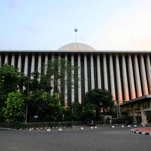 Masjid Istiqlal adalah masjid nasional negara Republik Indonesia yang terletak di pusat ibukota Jakarta. Masjid Istiqlal merupakan masjid terbesar di Asia Tenggara.  Pembangunan masjid ini diprakarsai oleh Presiden Republik Indonesia saat itu, Ir.Soekarno