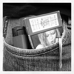 Halloweens de bolsillo (Markus' Sperling) Tags: instagramapp square squareformat iphoneography uploaded:by=instagram inkwell tabaco malrboro mechero bolsillo tejano vaquero boli pantaln fumar smoke smoking fumador