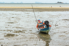 Patience (dominiquesainthilaire) Tags: nikon nikond7100 thailand thailande kohphangan lowtide boat silhouettes waterscapes seascapes marebasse